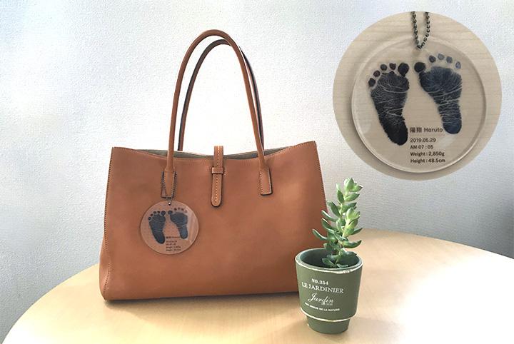 オリジナルアクリルキーホルダー赤ちゃんの足形、出産記念